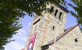 Bild: gestalteter Luther vor der Christuskirche