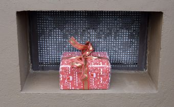 Bild: Päckchen im Kellerfenster