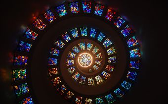 Bild: bunte Fensterspirale