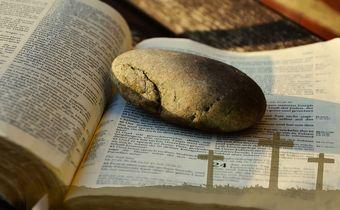 Foto: Bibel mit Auferstehungstext